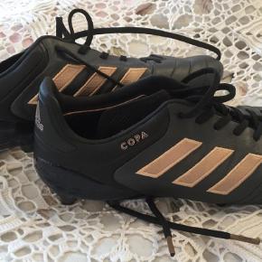 Brand: Adidas Copa turbocharge 17,1 Varetype: Fodboldstøvler Størrelse: 44 Farve: Sort Oprindelig købspris: 1600 kr.  Lækre fodboldstøvler - brugt een gang.     Nypris 1600 - sælges for 765.     Indvendigt mål ca : 26-27 cm