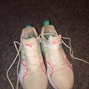 Fede sko fra Puma i str 38. Ikke brugt meget, men da de er hvide kan det selvfølgelig ses at de er brugt. Er ikke blevet vasket. Kan evt afhentes i Valby ☺️ 200kr