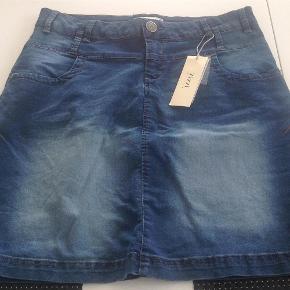 Varetype: NY denim nederdel med stræk Størrelse: S - 42/44 Farve: Blå denim Oprindelig købspris: 300 kr.  NY denim nederdel med stræk i str. S - 42/44 fra Zizzi.  Hele længde er 50 cm.  Livvidde uden at trække i den ca. 2 x 45 cm. Der er masser af elastik i taljen og den kan nemt gi' sig mere.  Sælges kun til nyprisen + Porto.  Jeg bytter ikke.