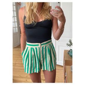 Smukke silke shorts. Står ikke str i, men er en 38 Se også mine andre annoncer eller følg mig på Instagram @2nd_love_preowned_fashion