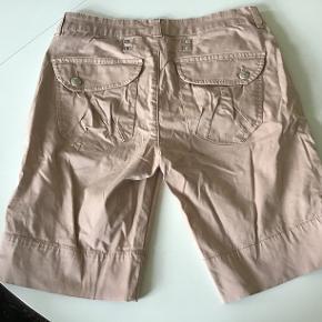 Svag rosa, superlækre shorts. De er str 28, svarer til 38. Livv. 78 cm. Skridtlængden 25 cm. Bomuld, elasthane.