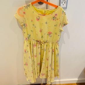 Rigtig smuk og let chiffon kjole fra H&M med søde små blomster - str 134