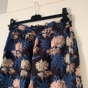 Sælger disse shorts med foer fra Ganni:) Der står ikke størrelse i, men de svarer til en størrelse 40/L😁
