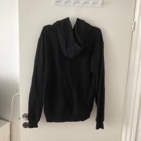 Sælger denne sorte hoodie med et Hvidt W på forsiden. Hoodien er fra New Yorkers FSBN kollektion.  Hoodien er ikke brugt særlig meget, højest 5 gange. Desværre har den fået en plet på venstre ærme ved håndleddet (ligner maling). Har dog ikke forsøgt at vaske det af udover almindelig maskinvask med almindelig vaskemiddel. Men udover det, så er hoodien i virkelig god stand og rigtig behagelig at have på.   Det er en str. L. Nypris: 250 kr.  Trøjen kan hentes i holstebro eller sendes med DAO på købers regning. (Ca. 37 kr.)