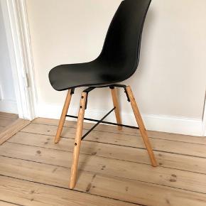 Stolene er med sort skal og lyse træben. Feber brugt minimalt. Nypris 2996 kr. sælges for 300 kr./stk.