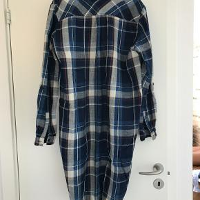 Fed skjortekjole. Kan bruges som kjole og over jeans.