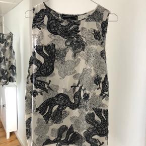 Smuk silke top med sort fugle mønster fra By Malene Birger. Str er 36 - men lidt stort i størrelsen  Køber betaler porto og salgsomkostninger