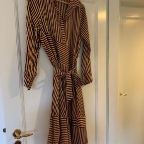 Kjole fra Munthe i guld med store striber med tilhørende bælte til taljen. Kan bruges med og uden :-)