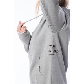 Won Hundred hoodie i grå  størrelse: Xs/s   pris: 300 kr   fragt: 37 kr   ny pris: 1000 kr   OBS: Jeg tager på loppemarked D. 17/2 - hvis varen ikke er solgt inden tages den med 🚨
