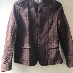 Day Birger et Mikkelsen blød jakke / blazer i brun. Jeg kan ikke finde størrelsen i jakken, men den svarer ca. til en S/M.  Kan hentes i Blovstrød på Nordsjælland, hvis du vil spare portoen :) GMB