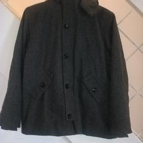 Lækker varm frakke fra Wheat, str. 10 år, i 100 % uld, foret med 100% polyester.  Fremtår i pæn stand, men en anelse fnuller.  Sælges for 300 + porto :-