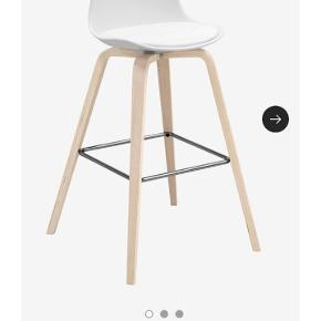 Søger at bytte min barstol den på første billed, dog med sorte ben, fejler intet. Byttes til en barstol ala den på billed 2, med 1 ben, minimal fod og med ryg.