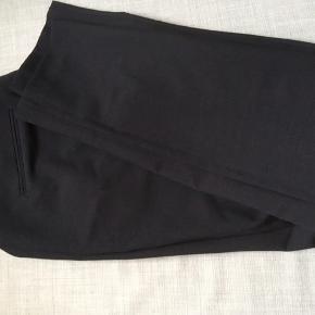 Lækre bukser str 46 ( lidt lille 46), uldblanding , aldrig brugt. Elegante med rette ben, lidt indsvingende nederst. Til daglig og fest. Med tag.