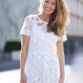 """Smuk hvid Match kjole fra danske Munthe. Den er lavet i et meget smukt gennemsigtigt stof, hvor der er vævet """"fjer"""" ind i stoffet. Der følger en underkjole med i prisen. Har en Str. 38 +str. 40, helt ny og med mærke på endnu. Nypris 2600,-"""