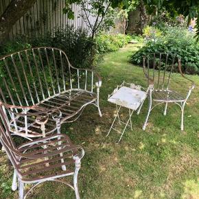 Fint havesæt. Trænger til maling, hvis man ikke kan lide den patinerede stil. 1500 for alle dele.