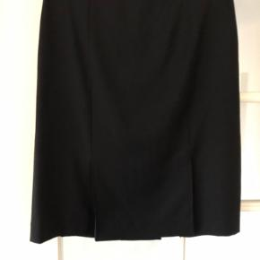 NY sort klassisk nederdel  Det er en str. 36 men den er stor i størrelsen. Måler 80 cm i taljen  Aldrig brugt