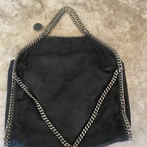 Stella McCartney falabella taske i sort med sølv hardware.  Lidt indvendige brugsspor kan ses, dog uden den store betydning.