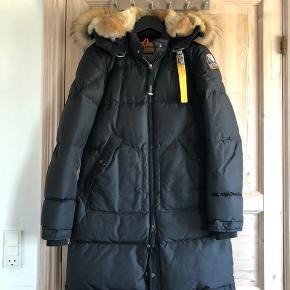 Parajumpers Long Bear, dame, ny pris 7300kr. Eneste bemærkning er, at der mangler et læderstykke på den ene snor i indvendig højre side af jakken.
