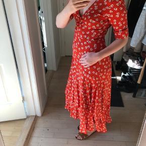 Ganni kjole str 36🦀    Perfekt til sommervarmen, da den er så let og luftig☀️  Prisen er fast og jeg bytter eller returnere ikke🌟