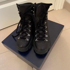 Super lækker sort skind støvle fra Blue om Blue.  Brugt 3-4 gange.  Ny pris 1600kr. Kom med bud.