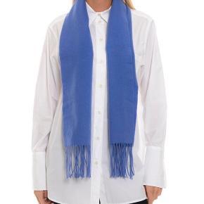Malene Birger, Anya halstørklæde, 100% uld, har både sort og blå.  Nypris: 800kr  Klassisk basic tørklæde. Aldrig brugt!  ... Sælger ud pga. stort vægttab! Lav en god handel på køb af mere 👌🏼  Afhentes evt. på Holmbladsgade, KBH S.