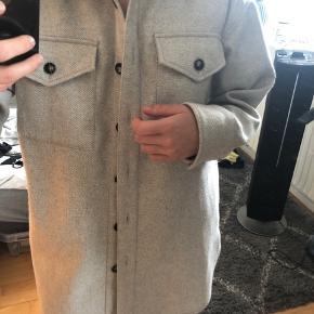 Rigtig god og varm frakke.  Oversize i str. xs/s   Sælges pga. jeg ikke får den brugt nok. Brugt få gange, men er som ny. 🙂  Inklusiv fragt ❤️