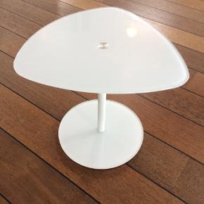 To glasborde, højde 43 og 35 cm, bredde 60 og 40 cm