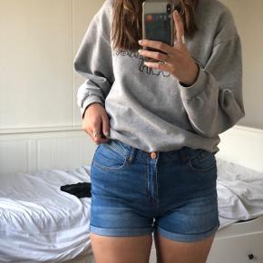 Mørkeblå korte shorts med stretch.    new yorker , envii , h&m , zara , only , Pieces , asos , h&m, topshop , na-kd , second female , esprit , vero moda , message , Kings & queens , gina tricot , mango , weekday , samsøe & samsøe , monki  , vila , Urban outfitters , street wear  , selected femme , sisters point , y.a.s , gestuz , American apparel , nelly , Jacqueline de young , boohoo , moss Copenhagen , retro look , wasteland, vintage , episode, moves , missguided , genbrug , one vintage , JDY, brandy Melville , Saint tropez , noisy may , MbyM , acne studios, Won hundred , shein , cheap monday, COS , bikbok , y2k , 90s ,  Kan passes af s- m - l 36 - 38 - 40  dr. Denim, levi's , diesel , cowboy , denim , lee , wrangler