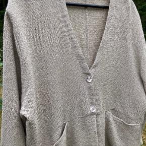 """Mega billigt """"jakke""""😊 str. 46 (BiB) Str. XXL som er meget pænere i virkelighed😊  Aldrig brugt tidløs elegant jakke str. XXL eller bluse /cardigan fra Masai, flot moderene  farve som passer til alt. Meget flot lille blazer / jakke med smarte detaljer og lommer i siden, idealt til enhver lejlighed 😊 53% Cotton  47% Viskose  Min svigermor har købt den på tilbud minus 50% derfor sælger den til den billigere pris. Ny pris 899 Kom eventuelt med en realistisk BYD 😊  Hvis du er interreseret i den fine jakke/ bluse i str. XXL / str. 44  / str. 46 fra Masai, sender jeg gerne nøjagtige mål og flere fotos, tages ikke retur, pris plus fragt.  Flot Masai kjole i str. XL men passer til str. XXL som passer perfekt sammen, Custommade oversize sweater eller  str. XL / XXL i moderne gul farve og Puma sneakers følger ikke med, men kan tilkøbes.  Mængderabat gives, se også mine tasker, sko og tøjtilbud 😊"""