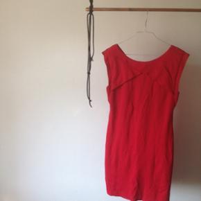 Rød Mango kort kjole, med flotte snit der giver slanke arme :) sidder tæt/stramt og har underkjole så den giver en flot form  Perfekt Tom julefrokost eller som nytårskjole