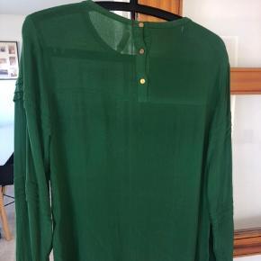 Flot skjorte fra Coster Copenhagen i flot grøn farve og med fine detaljer på ærme og ryg. Str. 38. Brugt få gange.