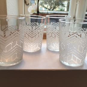 Smukke Tine K glas med sandblæst mønster.   Går i opvaskemaskine, da de er sandblæst.   Smukke som vandglas, eller alle kolde drikke.   I original æske og bobleplast emballage. Der er 4 glas i en æske, sælges for 60 kr. Dette er halv pris!!  Sælger 100 glas... mindste salg er 4 glas/en æske.