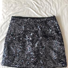 Blå palliet nederdel fra & Other stories. Jeg har brugt den få gange, kom med et bud  🍒 Den er lille i str 🎈