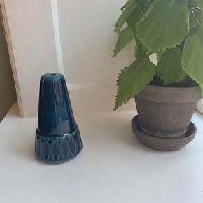 Smuk retro lampefod i keramik, som man selv kan sammensætte til en bordlampe. Købt med alle intentioner om selv at gøre det, men det blev bare aldrig realiseret - jeg håber der er en anden, som kan få glæde af den i stedet :-)