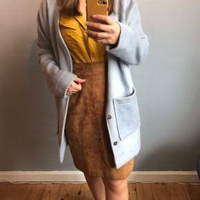 Brun ruskind nederdel med lynlås luk bagpå, og knapper ved benene for bedre bevægelighed.   Afhentes i Sydhavnen eller sendes via DAO  Jakke, skjorter og strømpebukser er også til salg