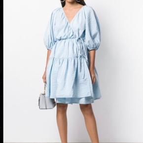 Str. Xs/s. Slå-om-kjole der kan passes af str. 34-36-38-40. Brugt en gang - og dampet i badet efterfølgende. Prisen er fast ved afhentning på Vesterbro og jeg bytter ikke. Vh Mette