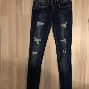 Fede ripped jeans sælges. Aldrig brugt, ny pris 300, sælges for kun 150 nu
