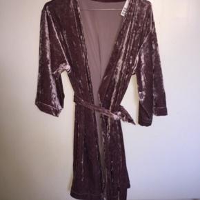 Ny kimono/morgenkåbe str xs/s set på mascha Vang. Stadig med mærke  Nypris 249kr Sælges for 120kr plus porto