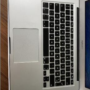 Sælger denne MacBook Air, early 2015 Den har næsten lige fået helt ny skærm dog er batteriet ikke helt i top. Oplader medfølger samt forlænger til opladningen. Kan afhentes i Vejle