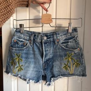 Denim shorts med palmer Str W25 passes af en XS  De har ligget pakket ned, så de er lidt krøllet. Men fejler intet