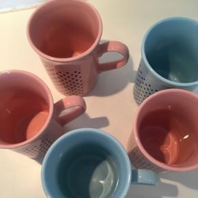 Lækre lyserøde og lyseblå kaffekrus med polkadots. De er så fine. De er fra starten af 80'erne😊