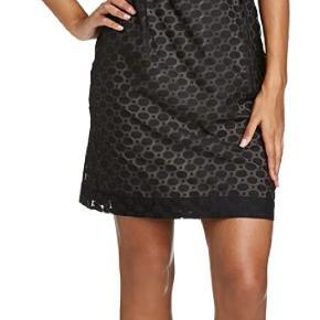 Smuk kjole i chiffon yderstof og nude underkjole. Lynlås i siden. Brugt 3-4 gange og fremstår i rigtig flot stand.