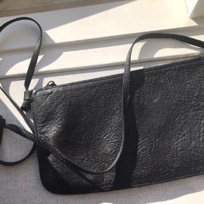Pæn og klassisk Yvonne Koné taske i god stand. Byd!  Tjek også mine andre annoncer