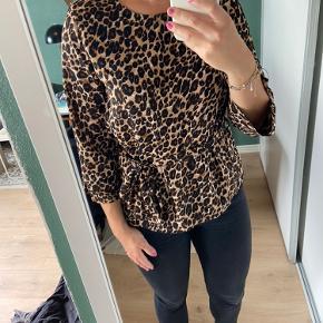Pigalle (Vero moda) bluse med bindebånd. Leopard print