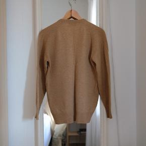 Striktrøje i 100% uld! Har et fint lille broderi på brystet. Sælges fordi jeg ikke får den brugt. Den har et lille hul på det ene ærme, der nemt kan stoppes :)
