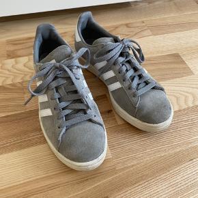 Lækre Adidas campus sneakers. De er i rigtig god stand, men har to pletter (se billederne). Jeg har ikke forsøgt at fjerne dem, så det ved jeg ikke om man kan.