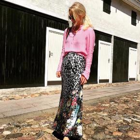 Karmamia nederdel er en lækker og smuk slå-om-nederdel i gulv-lang. Nederdelen er Karmamias velkendte og med blomsterprint nederst. Nederdelen kan både bruges til hverdag og fest, hvor den er cool med både høje hæle, støvler eller sneaks. Str one size