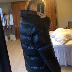 Fed oversize puffer jakke i skinnende materiale. I jakken står der str 40, jeg er dog en 36 og den fitter som billederne viser oversized. Meget lækker og varm👍🏼😍