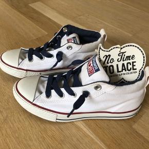 Super fed Sneaker med polstring ved ankel og indvendig elastik så man ikke behøver at snørre dem.  Måler 21.5 cm.
