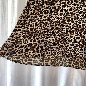 Let top fra ZARA med leopard-mønster og fine lag.  Den har aldrig været brugt.